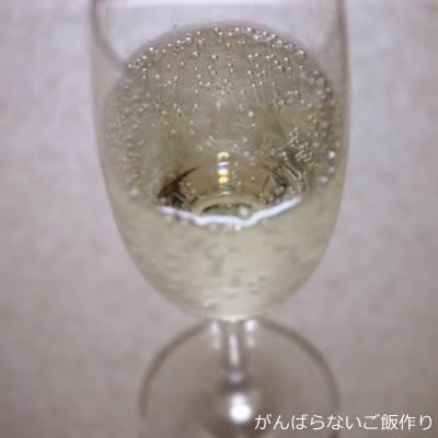 グラスに注いだ洋なしの炭酸水