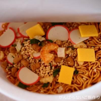 かやく入りスープをあけたペヤングヌードル