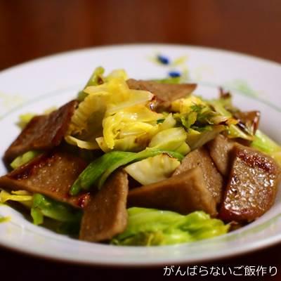 黒はんぺんとキャベツの麺つゆ炒め