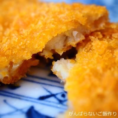 箸で割った長州どりの白身魚フライ
