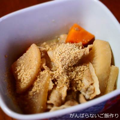 すりごまをかけた豚肉と根菜のごま煮