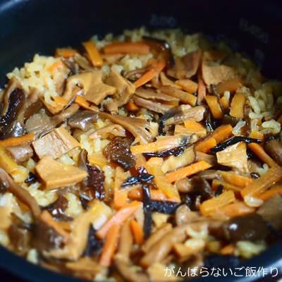 炊きあがったヤマモリ 焦がし醤油の香り きのこ釜めし