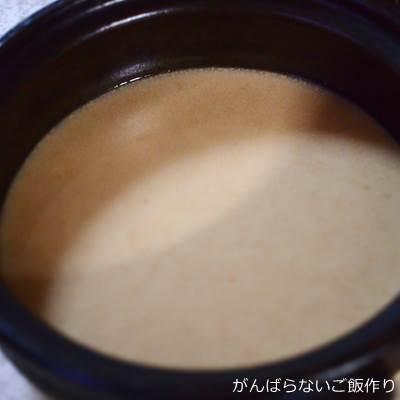 土鍋に入れた焙煎ごま豆乳鍋のつゆ