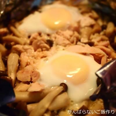 サラダチキンとシメジと卵のホイル焼き