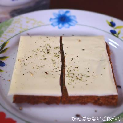 スライスチーズをのせたメステマッハー ビオフォルコンブロート